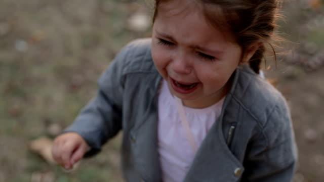 kind im park weinen schreien - 2 3 jahre stock-videos und b-roll-filmmaterial