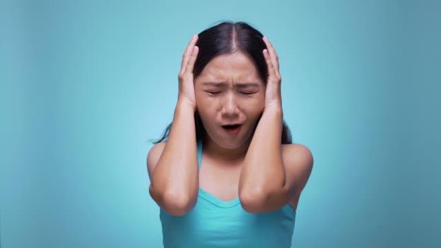 kadın izole mavi arka plan 4 k haykırış - renkli arka fon stok videoları ve detay görüntü çekimi