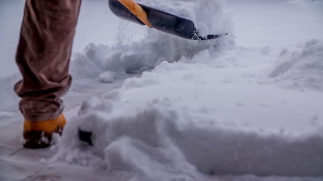 knuvlande snö i trädgården - skyffel bildbanksvideor och videomaterial från bakom kulisserna