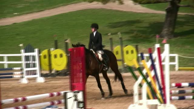 hd: show jumping - hästhoppning bildbanksvideor och videomaterial från bakom kulisserna