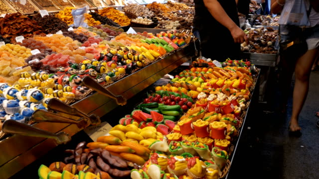 Schaufenster der bunten Süßigkeiten in La Boqueria-Markt. Barcelona, Spanien – Video