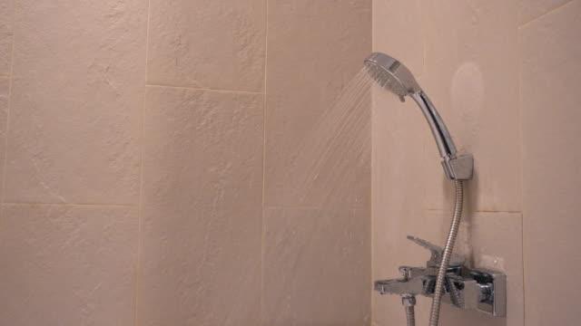 vídeos y material grabado en eventos de stock de ducha en el baño - ducha
