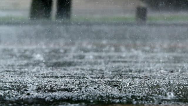 dusche auf städtischen straße in zeitlupe - asphalt stock-videos und b-roll-filmmaterial