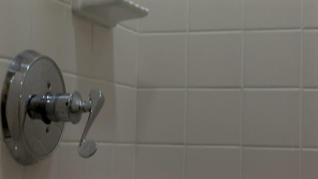 душ под наклоном - мозаика стоковые видео и кадры b-roll