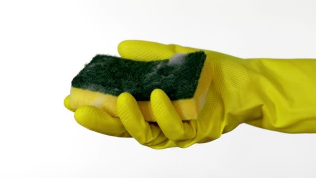 vídeos de stock e filmes b-roll de showing wet kitchen sponge - esponja