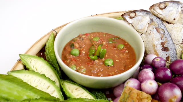 vídeos de stock e filmes b-roll de shrimp paste chilli sauce set with vegetables and mackerel fish,thai foods. - crucíferas