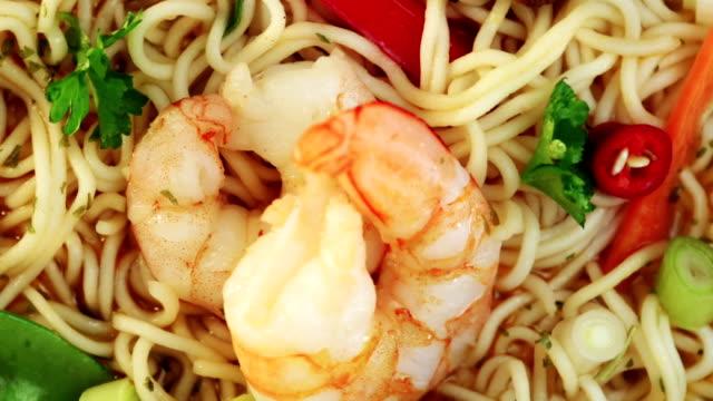 vídeos de stock e filmes b-roll de sopa de camarão - comida asiática