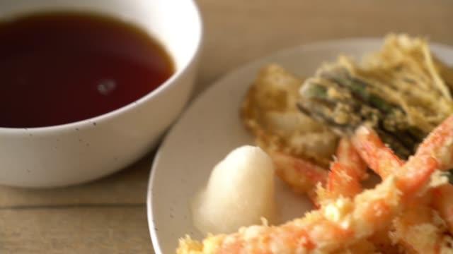 えびの天ぷら (揚げ芝海老の衣揚げ) ビデオ