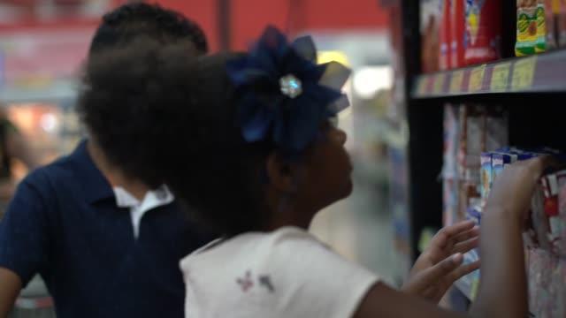 vídeos y material grabado en eventos de stock de hermano compra en supermercado - snack aisle