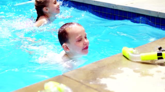 Geschwister im Pool genießen – Video