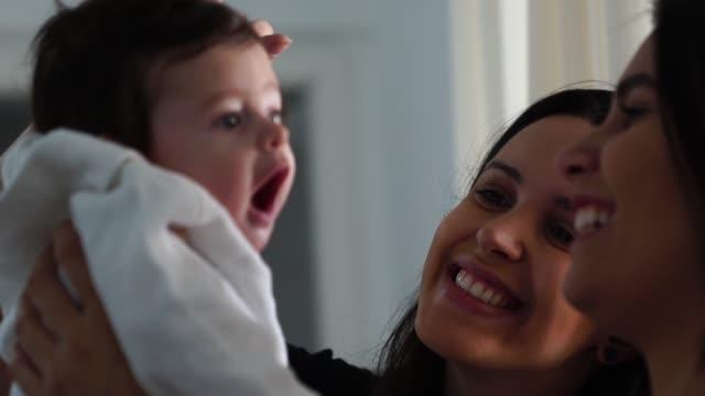 vídeos de stock, filmes e b-roll de irmão de cuidar de bebê novo em casa - homossexualidade