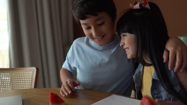 勉強中に自宅で数え、祝う兄弟 - 兄弟姉妹点の映像素材/bロール