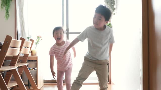 家で踊るきょうだい - 兄弟姉妹点の映像素材/bロール
