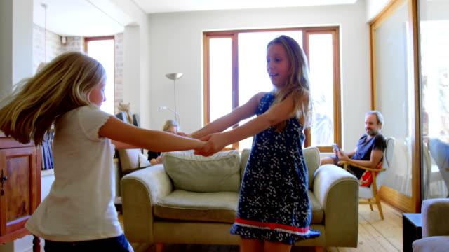 4 k のリビング ルームで一緒に踊って兄弟 ビデオ