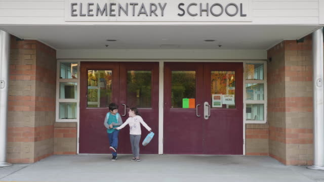vídeos de stock, filmes e b-roll de irmãos, deixando a escola - exteriores de escola