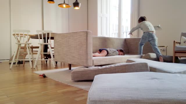 Geschwister spielen zu Hause während der Covid-19 Quarantäne – Video