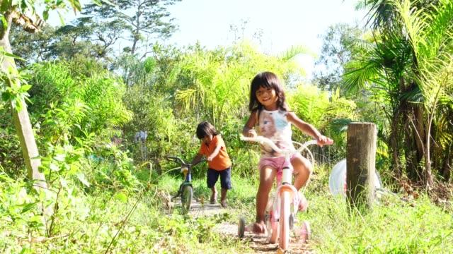 農村部の場所で自転車に乗って兄弟 - ブラジル文化点の映像素材/bロール