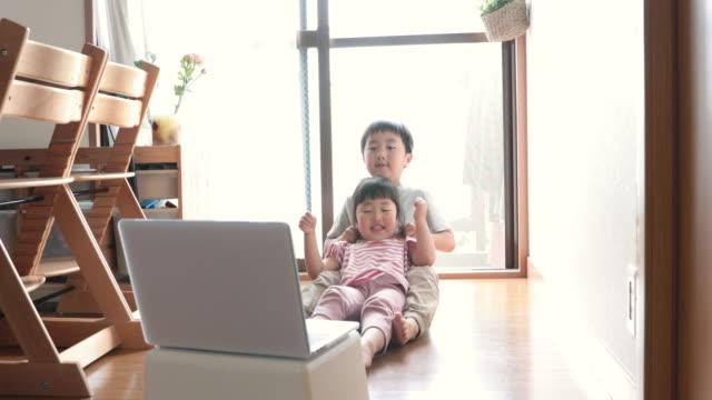 ノートパソコンを見て、車を運転している兄弟 - 兄弟姉妹点の映像素材/bロール