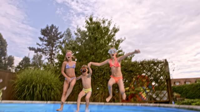 vídeos de stock e filmes b-roll de relacionados com máscaras dando polegares para cima, nadar debaixo de água na piscina - jump pool, swimmer