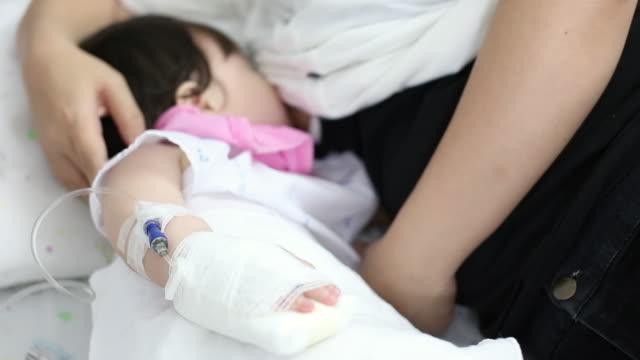 sjuka barn ammar från hennes mor - cosy pillows mother child bildbanksvideor och videomaterial från bakom kulisserna