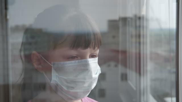 krankes kind gesicht in maske. - patientin stock-videos und b-roll-filmmaterial