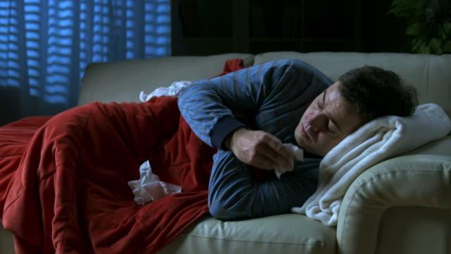 vídeos de stock e filmes b-roll de hd: homem doente tosse à noite - pneumonia