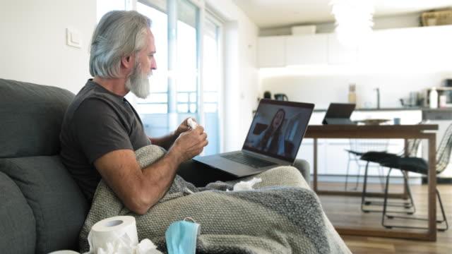 Zieke Man op Video Call met vrouwelijke medische consultant video