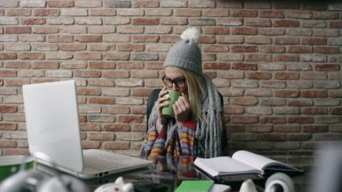 vidéos et rushes de femme malade au travail - froid