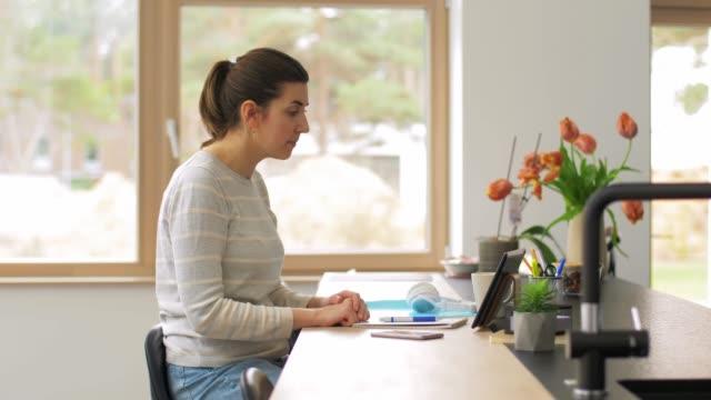生病的女人在家裡的平板電腦上有視頻通話。 - 三四十歲的人 個影片檔及 b 捲影像