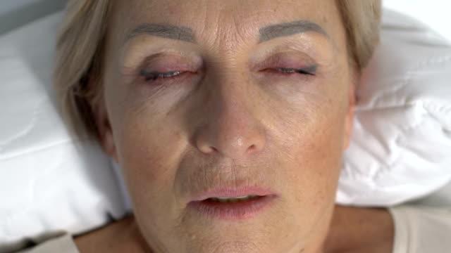 больная женщина задыхается и теряет сознание, человек умирает от шока - близко к стоковые видео и кадры b-roll