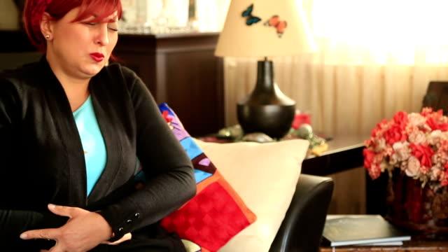 Kranke Frau mit Schmerzen im Unterleib – Video