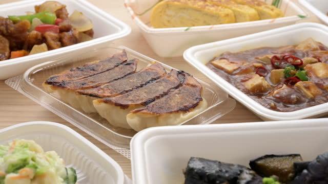 vídeos de stock, filmes e b-roll de pratos laterais em várias embalagens sobre a mesa. - comida salgada