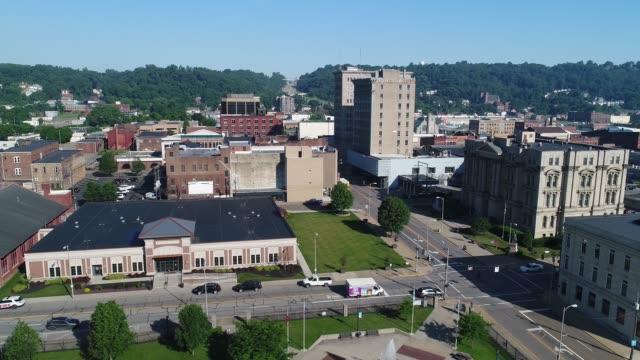 vidéos et rushes de côté mouvement aérien matin établissant shot de steubenville dans l'ohio - steubenville