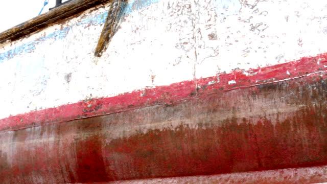 sida av fartyget efter rengöring med slipskiva på varvet i hamnen i moskva. - skrov bildbanksvideor och videomaterial från bakom kulisserna
