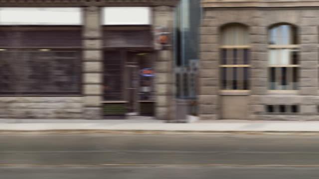vídeos de stock, filmes e b-roll de rolagem lado da rua da cidade - centro da cidade