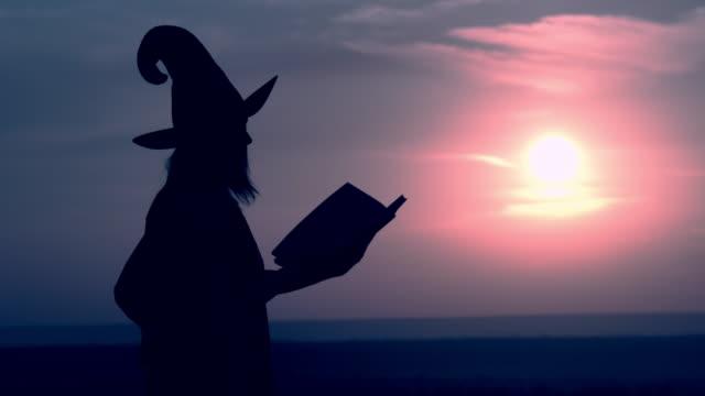 sidovy evil sorceress kasta en spell halloween semester - stavning bildbanksvideor och videomaterial från bakom kulisserna