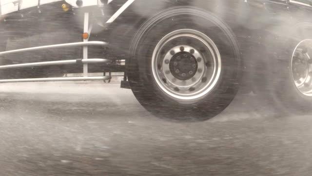 vista laterale da auto / tempesta di pioggia / rallentatore / piastra di processo da studio di guida - truck tire video stock e b–roll