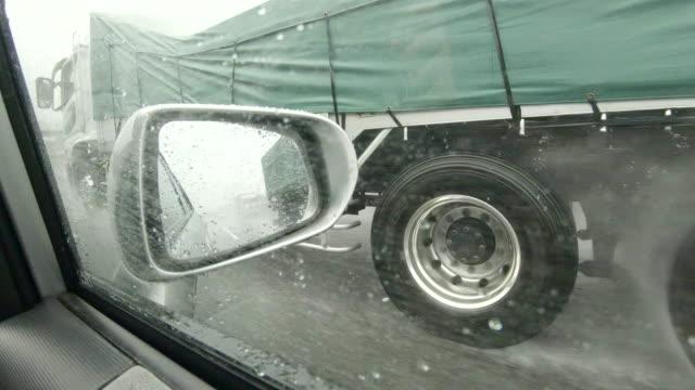vista laterale da auto / specchio vista laterale / autostrada - transport truck tyres video stock e b–roll