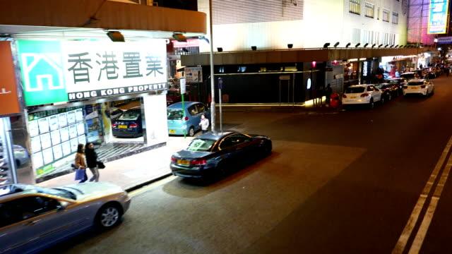 vidéos et rushes de vue latérale du tram, tirer dans la nuit, hong kong - étudiant(e)