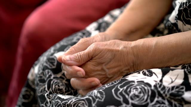 シニアアジア女性の 4 k サイドビューの手 - 介護点の映像素材/bロール