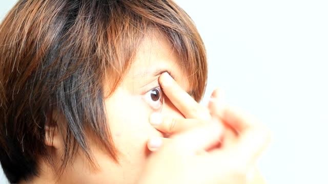 vídeos de stock e filmes b-roll de vista lateral do contacto lense no olho - contacts