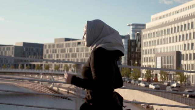 sidovy av muslimsk kvinna i hijab körs i berlin centrum - hijab bildbanksvideor och videomaterial från bakom kulisserna