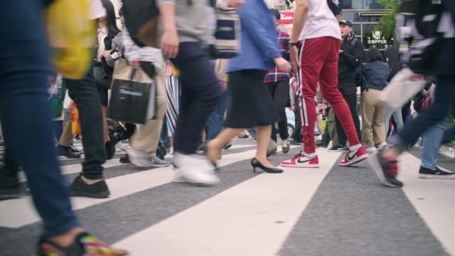 東京澀谷十字路口人腿側視圖 - 澀谷交叉點 個影片檔及 b 捲影像