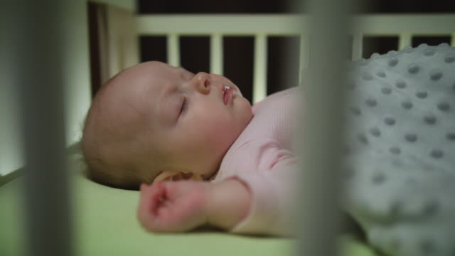 vidéos et rushes de vue latérale du sommeil de bébé nouveau-né dolly tourné close up - 0 11 mois