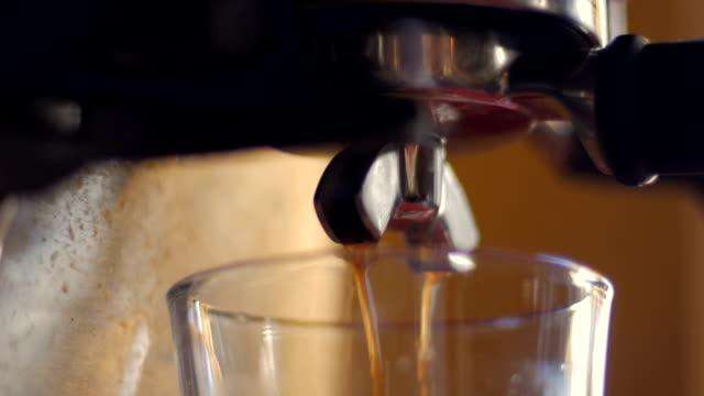 vídeos y material grabado en eventos de stock de vista lateral de vapor verter café caliente de una máquina de expresso de acero inoxidable - café negro