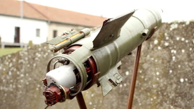 vídeos y material grabado en eventos de stock de vista lateral del arma antitanque disparada al hombro - brigada
