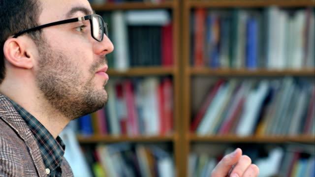 Kant weergave profiel portret van gekke jonge leraar vingers te plaatsen op de lippen met shhh video