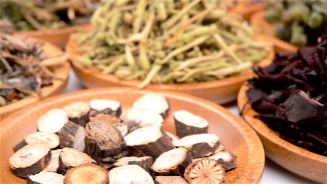 side view several kind of Chinese herb medicine mixed rotating and pause - vídeo