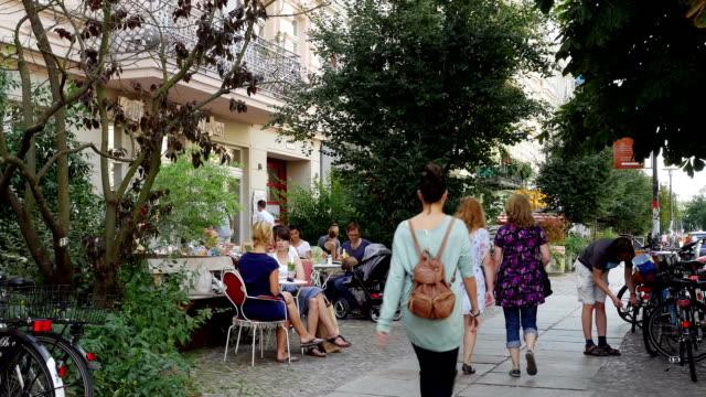 sidewalk cafe in berlin prenzlauer berg (4k/uhd to hd) - berlin city bildbanksvideor och videomaterial från bakom kulisserna