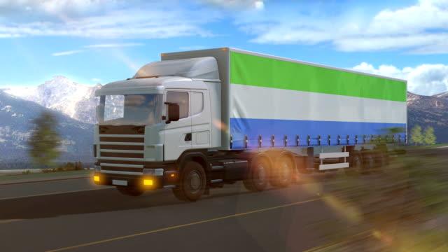 bandiera della sierra leone mostrata sul lato di un grande camion - sierra leone video stock e b–roll